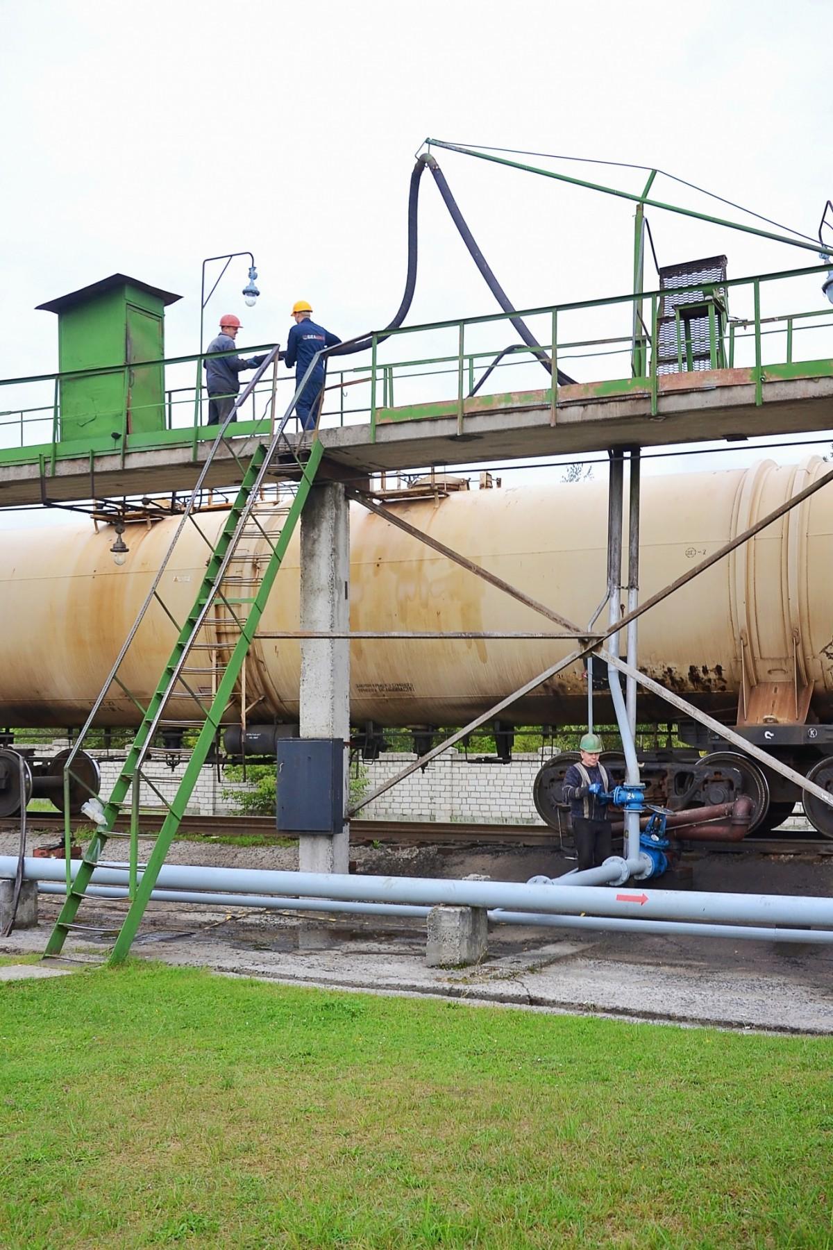 В рамках выполнения государственной программы развития производства дизельного биотоплива, семь лет назад в ОАО «Белшина» был освоен выпуск непрофильной для предприятия продукции – биодизельного топлива, которое представляет собой продукт смешения нефтяного дизельного топлива и метиловых эфиров жирных кислот, проще говоря, рапсового масла.