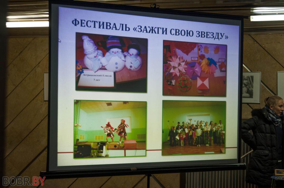 В городском Дворце искусств накануне Международного дня прошел концерт в рамках инклюзивной ярмарки-фестиваля «Под созвездием добра», посвященный Дню инвалидов.
