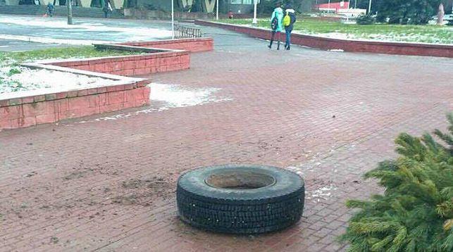 В Минске у грузовика во время движения оторвалось колесо и сбило женщину на остановке
