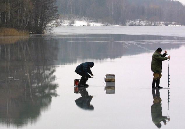 С наступлением первых заморозков водоемы покрываются льдом, и практически сразу на него бесстрашно начинают «выдвигаться» любители зимней рыбалки.
