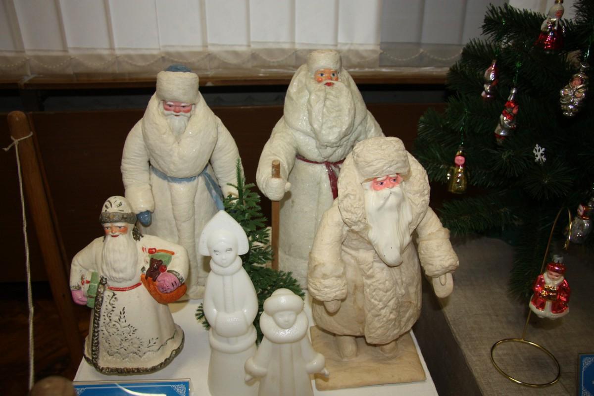 Выставка советских ёлочных украшений и новогодних открыток, а в соседнем зале игрушки из СССР