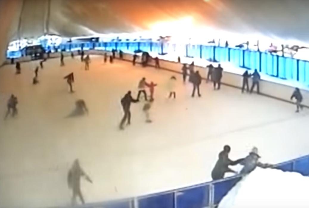 «Разгребали руками». В Сети появилось видео обрушения снега на катке Гомеля