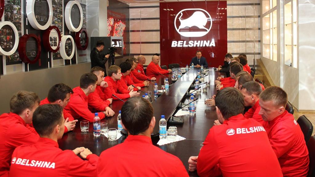 11 апреля футболисты вместе с тренерским штабом и руководством КУП БФК «Белшина» по приглашению генерального директора ОАО «Белшина» Алексея Владимировича Яковлева побывали на нескольких производственных участках и понаблюдали за процессом производства шин.