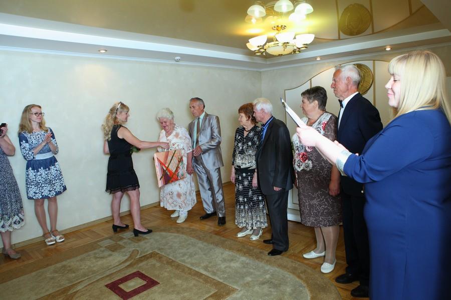 В преддверии Дня Семьи в отделе ЗАГС администрации Первомайского района г.Бобруйска состоялось чествование супругов, проживших в браке 50 и более лет.