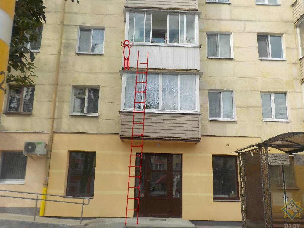 7-летняя девочка пыталась спуститься с балкона третьего этажа, пока бабушка выгуливала на улице собаку