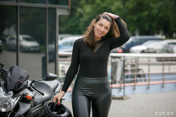 «Грустно просто так ездить». Кто эта байкерша, которая на ходу танцует на мотоцикле