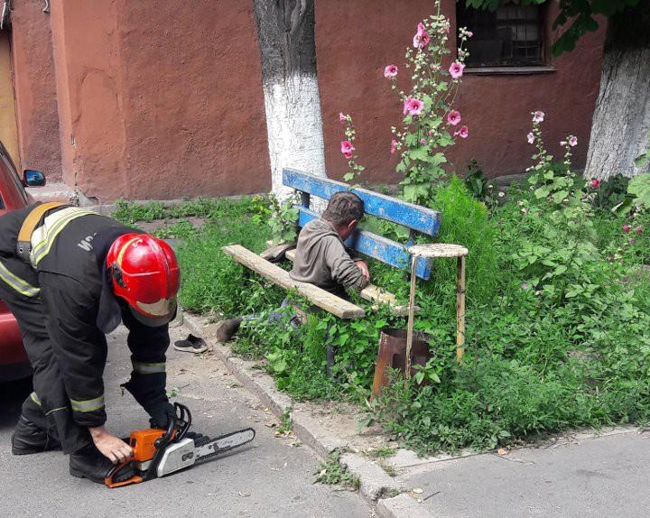 Гомельчанин стал «заложником» скамейки во дворе