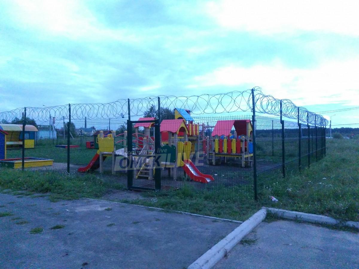 «Детская площадка строгого режима». В Омске двор для детей оградили забором с колючей проволокой