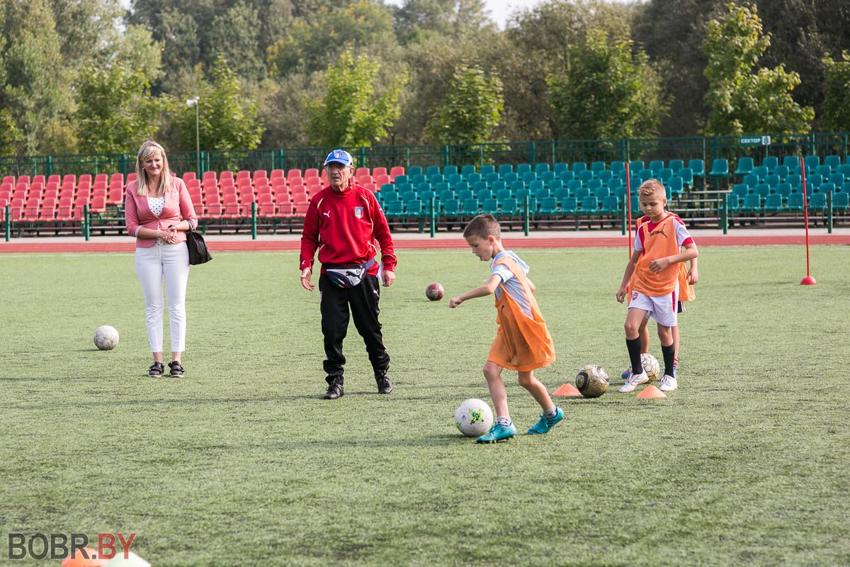 На стадионе им. Прокопенко делегация Сардинии встретилась с юными бобруйчанами