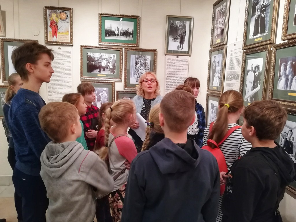 Бобруйчане из «Квинтэссенции» посетили выставку «Венценосная семья»