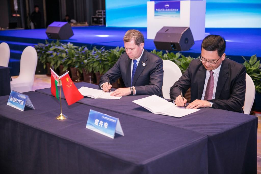 Официальная делегация Могилевской области приняла участие в первой выставке импортных товаров и услуг в Шанхае. Дополнено