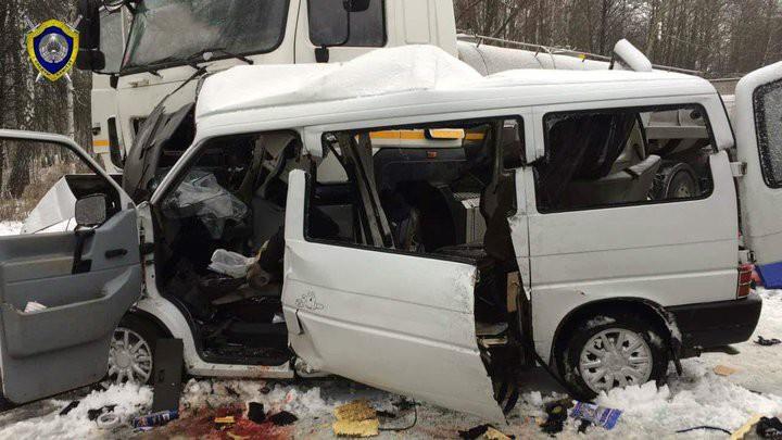Страшная авария на трассе М10: микроавтобус вылетел под молоковоз, погибли пять женщин