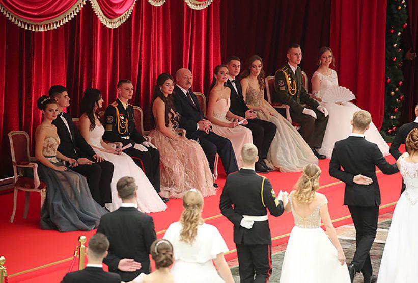 Лукашенко станцевал на новогоднем балу с мисс Беларусь