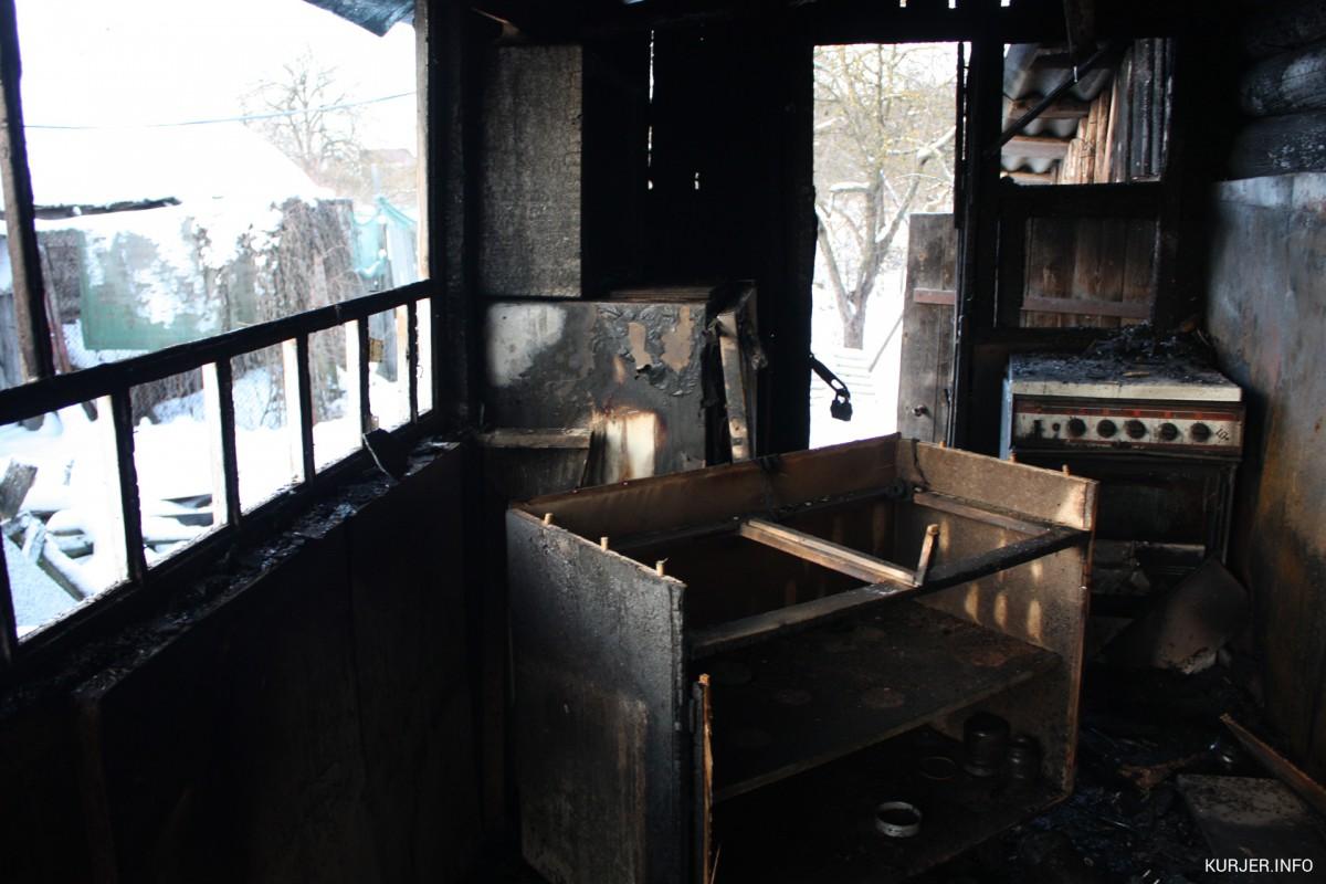 Под Слуцком школьник пытался достать человека из горящего дома, пока взрослые рядом снимали на смартфоны