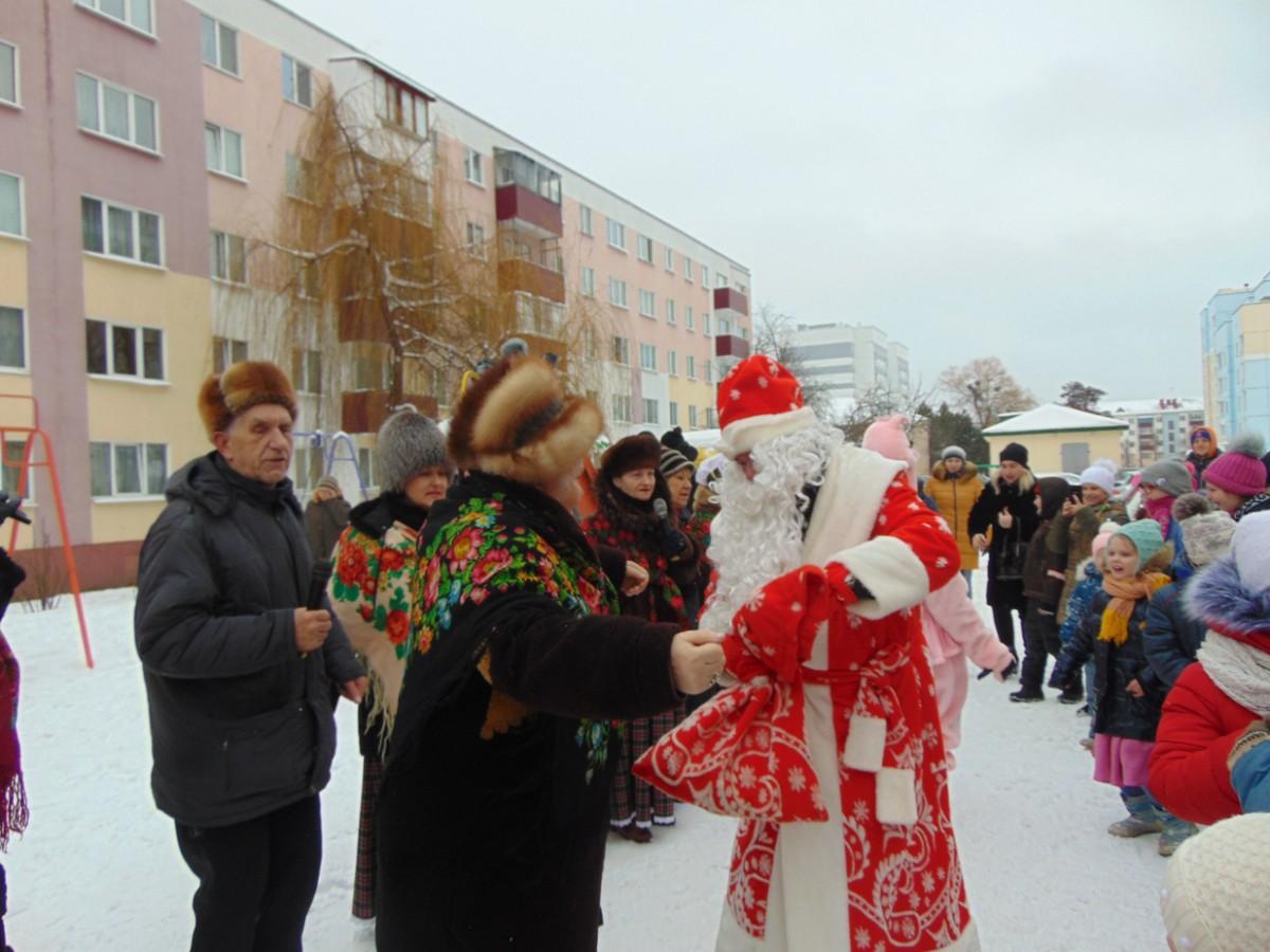 На празднике детворы в Бобруйске весело кружили в хороводе и взрослые