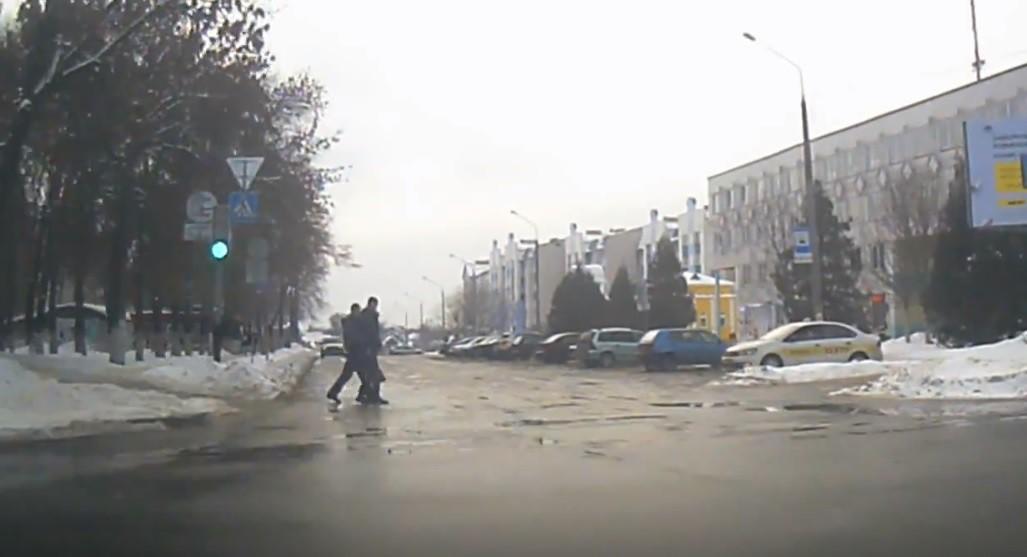 В Речице ГАИ оштрафовала водителя за непропуск пешеходов, переходивших дорогу… на красный