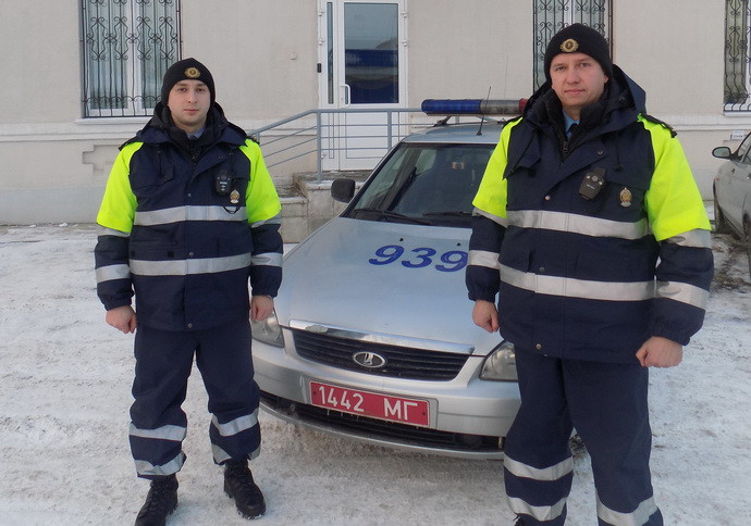 В Бобруйском районе сотрудники ДПС ГАИ помогли водителю в дороге