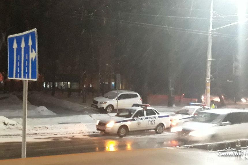В Бобруйске водитель вылетел на тротуар, его поведение показалось очевидцу неадекватным. Что рассказали в ГАИ?