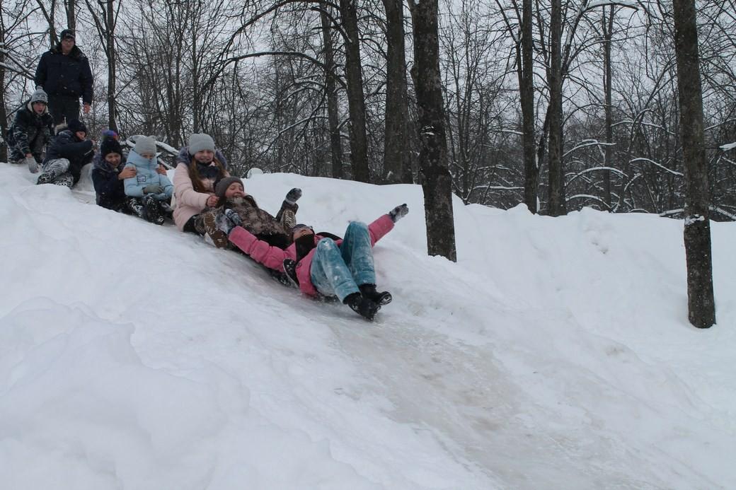 Ребята из клубов «Юность» и «Лотос» наслаждаются солнцем и морозом