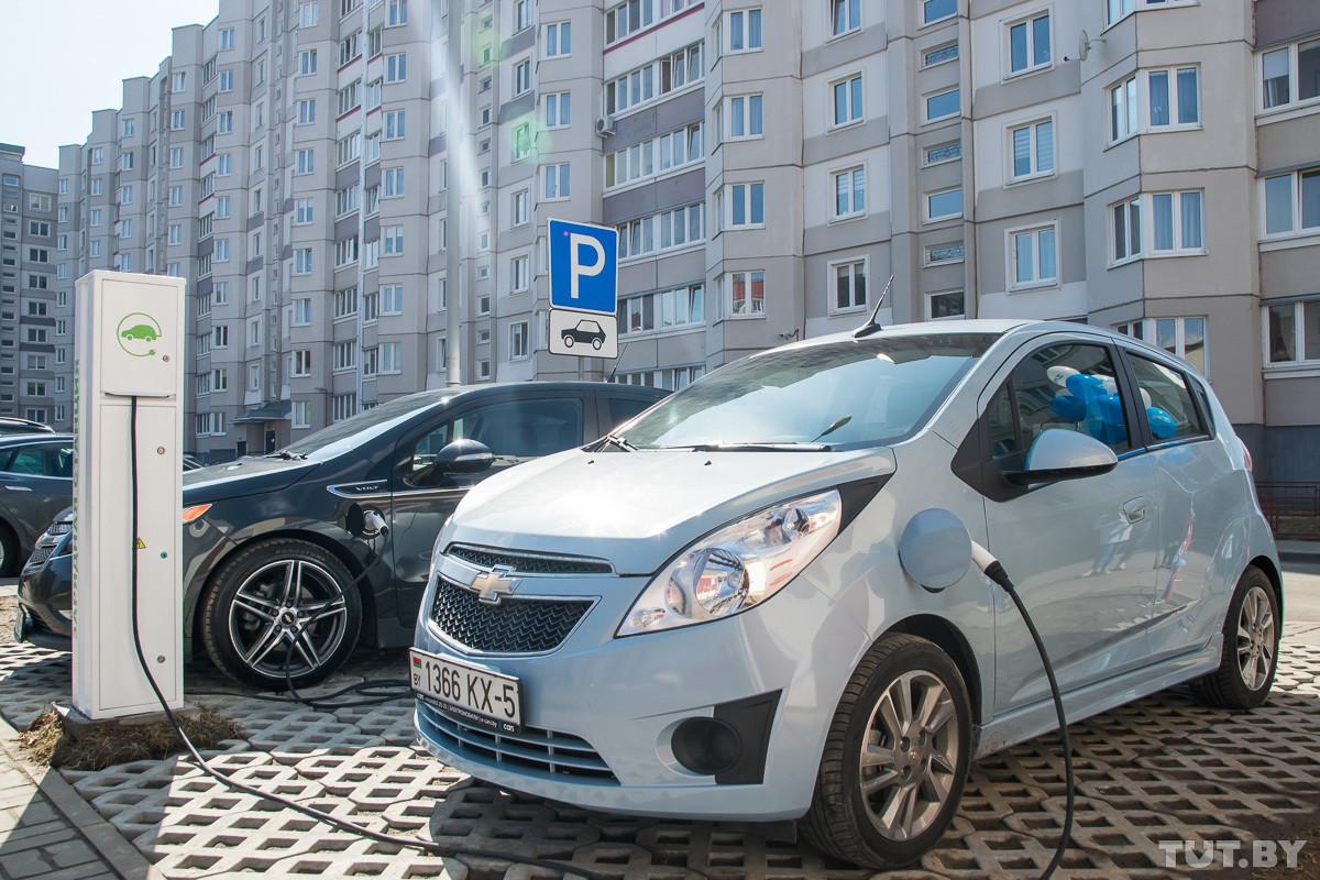 Электрозаправки «Белоруснефти» станут платными. Будет ли электрокар выгоднее авто на бензине?