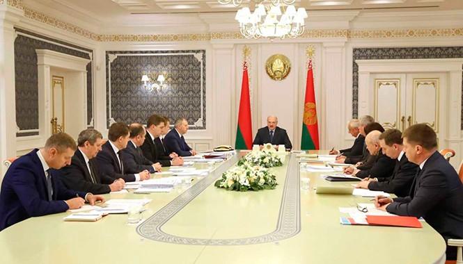 Лукашенко требует прекратить поддержку не справляющихся предприятий: Директора в тюрьму, потом рассмотрим