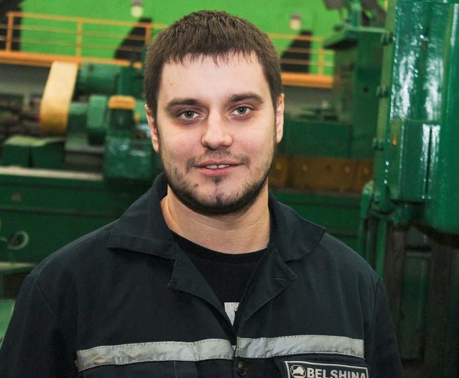 Олег Юрьевич с первых дней трудится мастером участка на механическом заводе. Первоначально молодому человеку предлагали и другие должности, но он решил, что освоиться на МЗ ему будет проще.