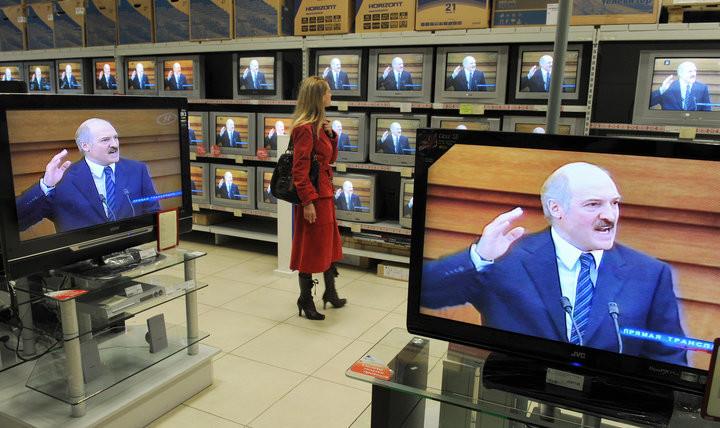 ИАЦ опубликовал рейтинги СМИ: интернет догоняет ТВ, 15% белорусов вообще не включают телевизор
