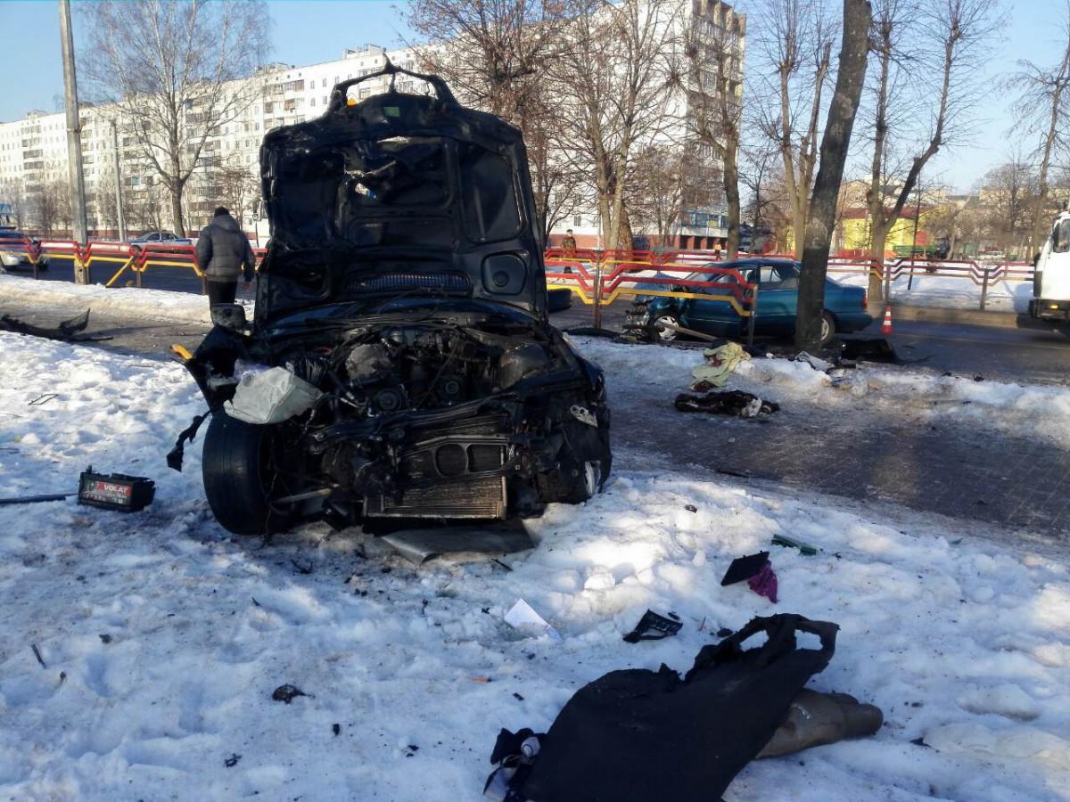 В Бобруйске в результате лобового столкновения БМВ и Хундай пострадали пассажир и водитель