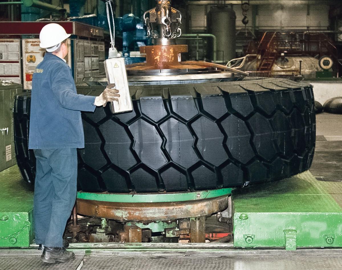 На заводе СКГШ ОАО «Белшина» ведется углубленная отработка техпроцесса изготовления новой инновационной сверхкрупногабариной шины.