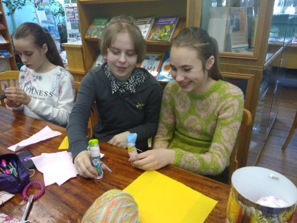 Школьники изготовили куклы-мотанки на уроке-презентации