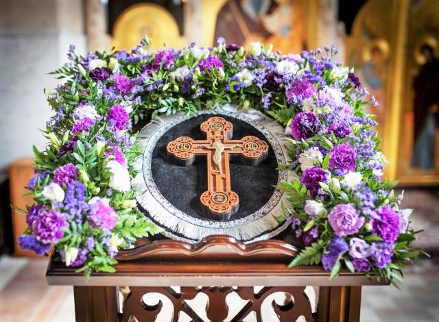 Флорист Никольского кафедрального собора г. Бобруйска провела мастер-класс по цветочному оформлению выносного креста и подсвечников