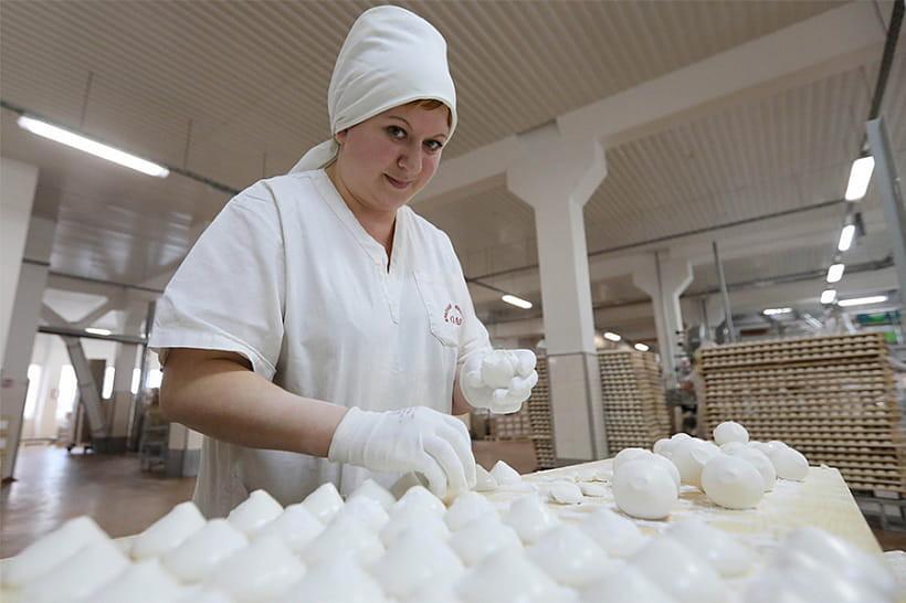 Бобруйчанка Светлана Лапатина за смену изготавливает 120 килограммов зефира.