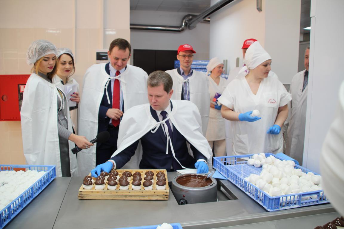 На фабрике «Красный пищевик» 4 апреля открыли обновленный участок ручной глазировки зефира.