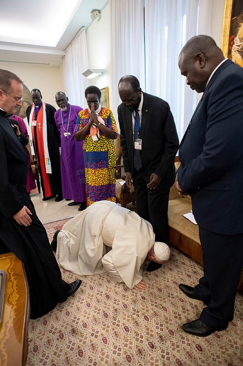 Папа Франциск поцеловал ноги руководству Южного Судана, призвав к миру в стране