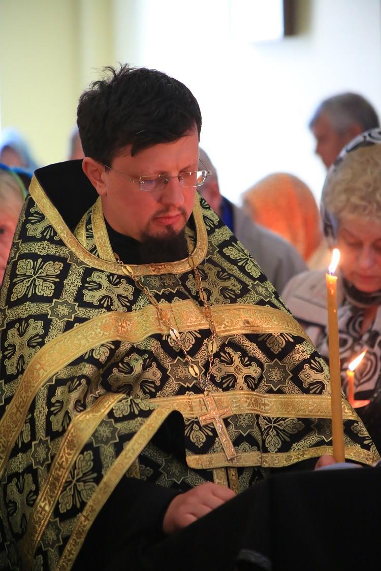 Епископ Серафим совершил утреню Великого Пятка с чтением двенадцати Страстных Евангелий