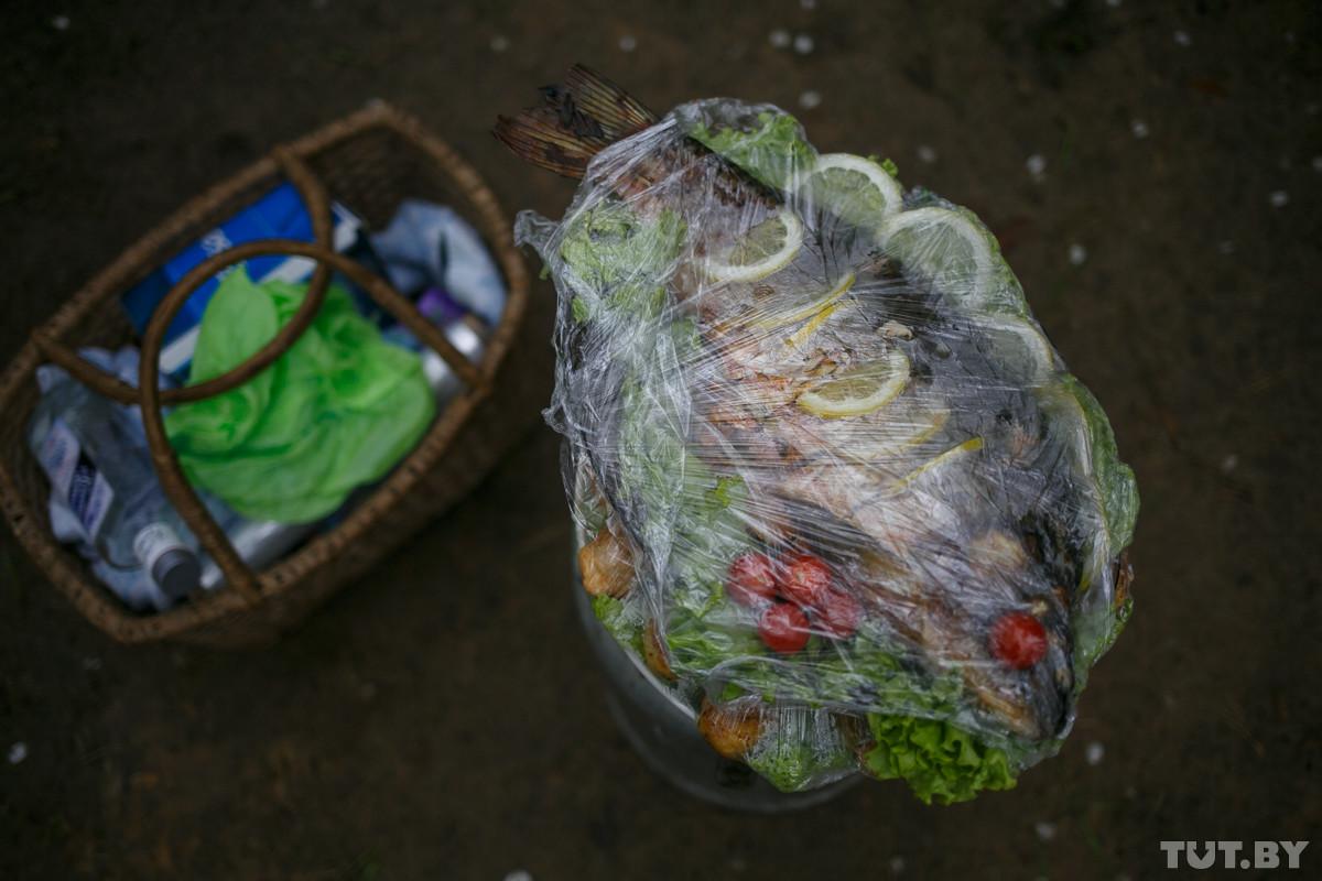 «Несем все, что они любили, — креветок, раков, рыбу». Как отмечают Радуницу на цыганском кладбище
