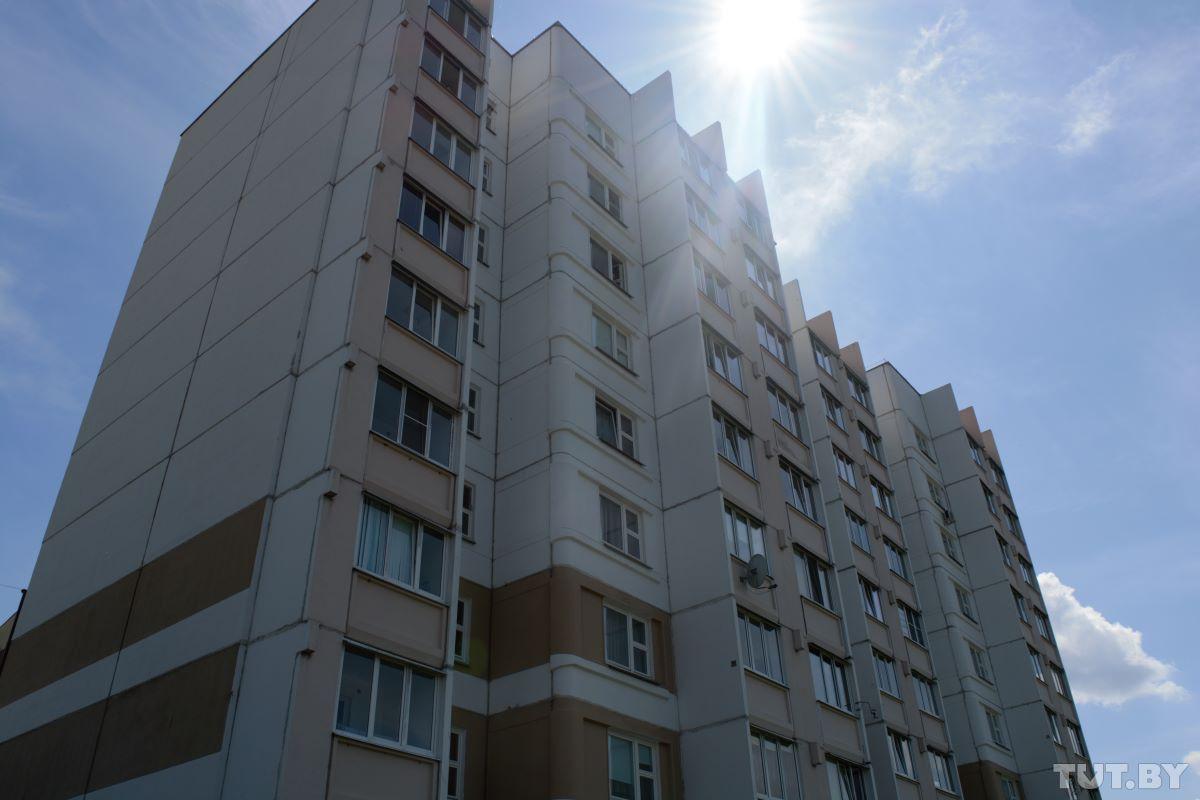 «Сколько раз я его с окна снимал…». Подробности трагедии в Гомеле, где из окна 7 этажа выпал малыш