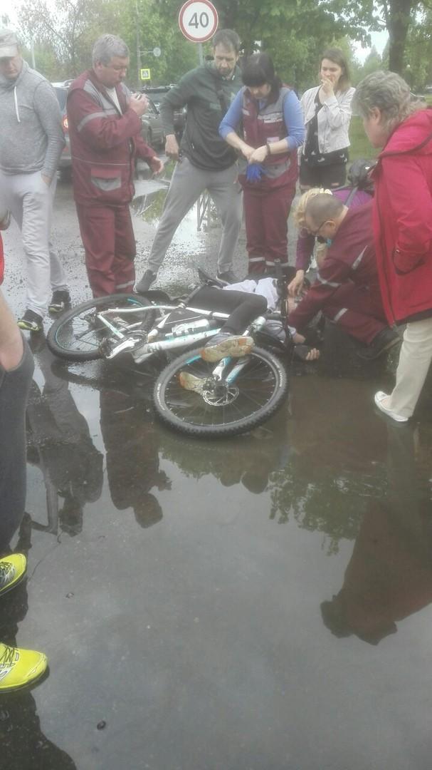 В Могилеве погиб известный фотограф: въехал на велосипеде в яму и упал — не спас даже шлем