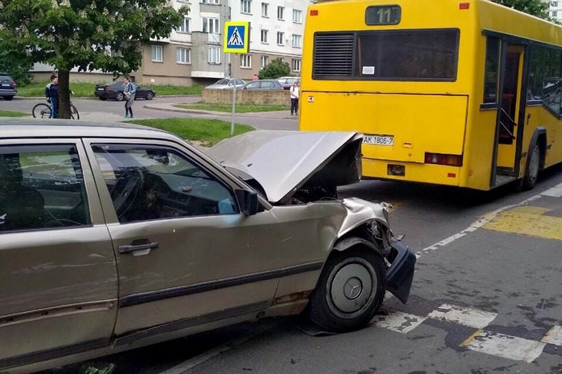 Водитель Mercedes в Минске повредил несколько машин и едва не переехал женщину, которая пыталась его остановить