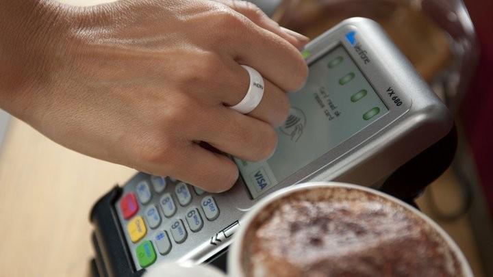 Белорусы смогут рассчитываться в магазинах, аптеках и общепите специальными кольцами. Новый для нашей страны способ оплаты товаров и услуг, как планируется, МТБанк и компания Visa запустят в июле, сообщили в банке.