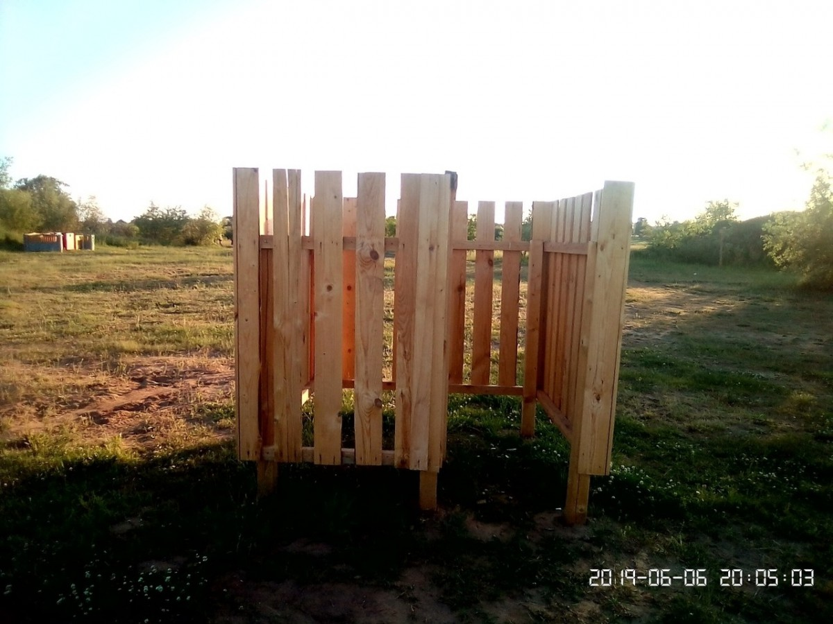 Фотофакт. В Кричеве на пляже установили «прозрачную» кабинку для переодевания