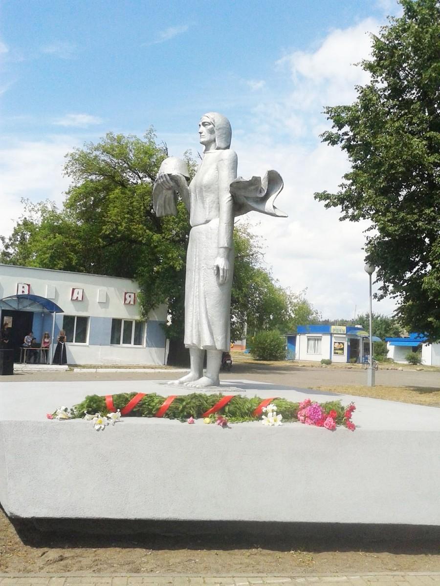 В Бобруйском районе прошли митинги у памятника скорбящей матери в деревне Глуша и у памятника в честь погибших воинов-земляков в агрогородке Воротынь