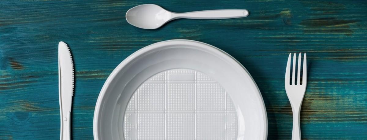 В Беларуси хотят запретить одноразовую пластиковую посуду в общепите