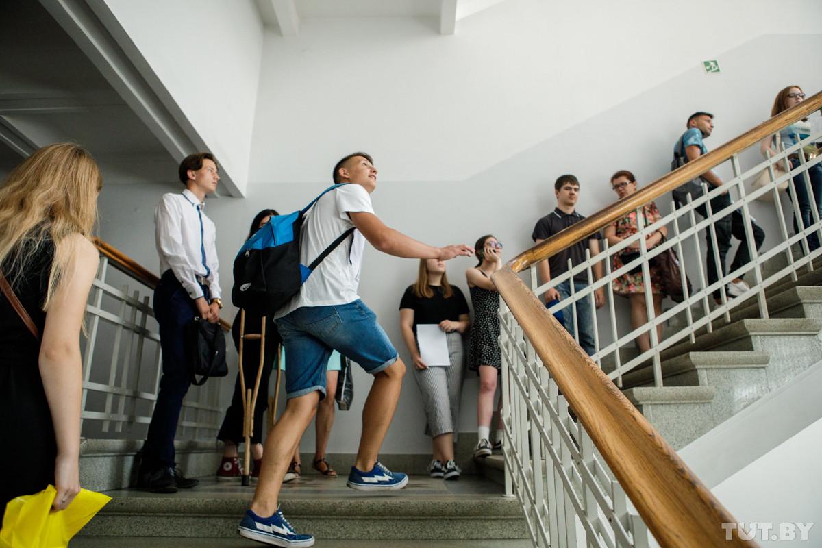 Друзья набрали на ЦТ 359 и 366 баллов, но едут учиться в РФ. Объясняют, чем там привлекают молодежь