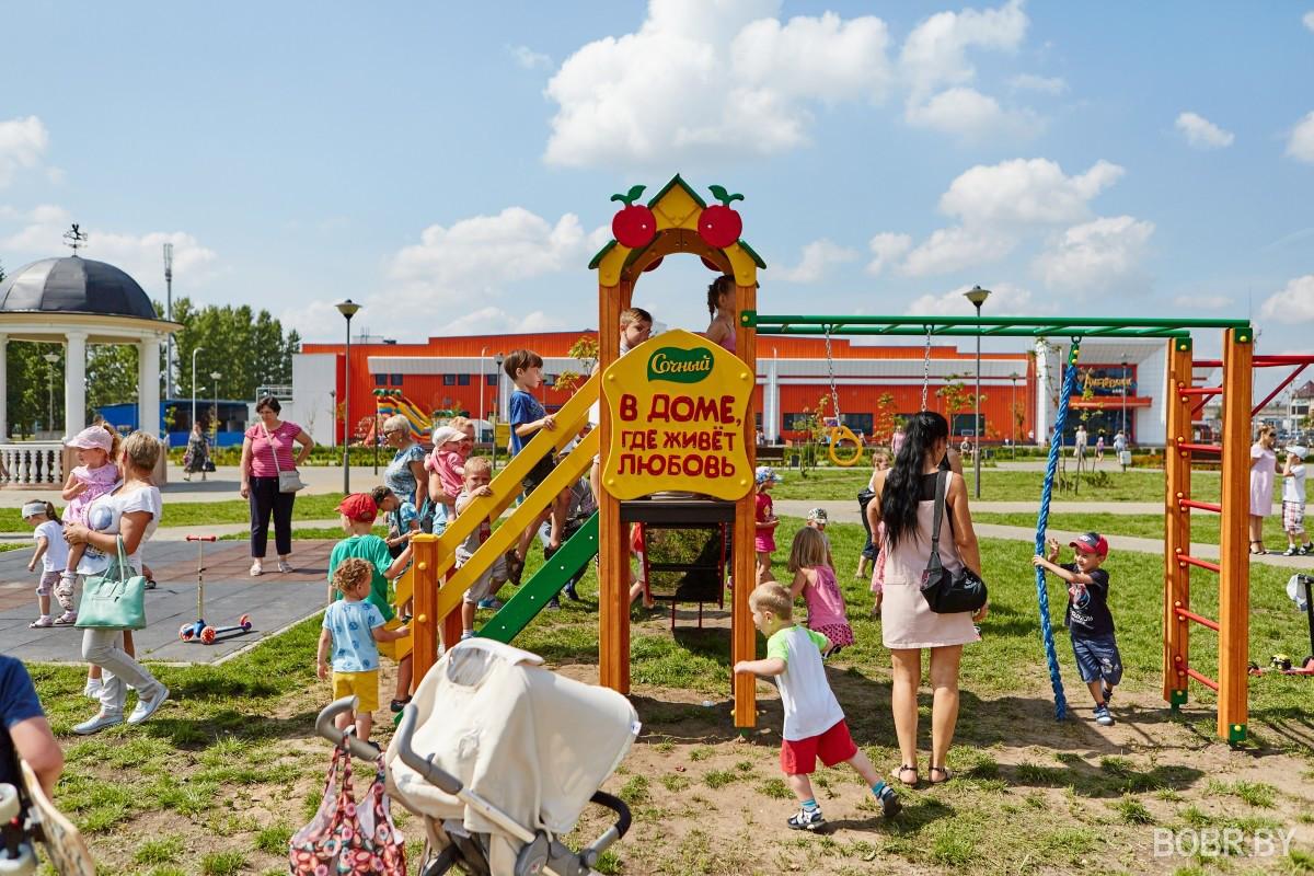 Детям — радость, а родителям — семейный досуг. Три игровых площадки подарены брендом «Сочный» городу