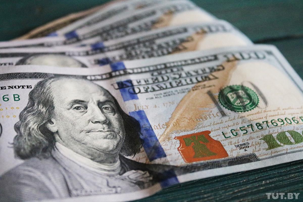 «Нельзя сказать, что народ разбогател». Почему белорусы продают валюты больше, чем покупают