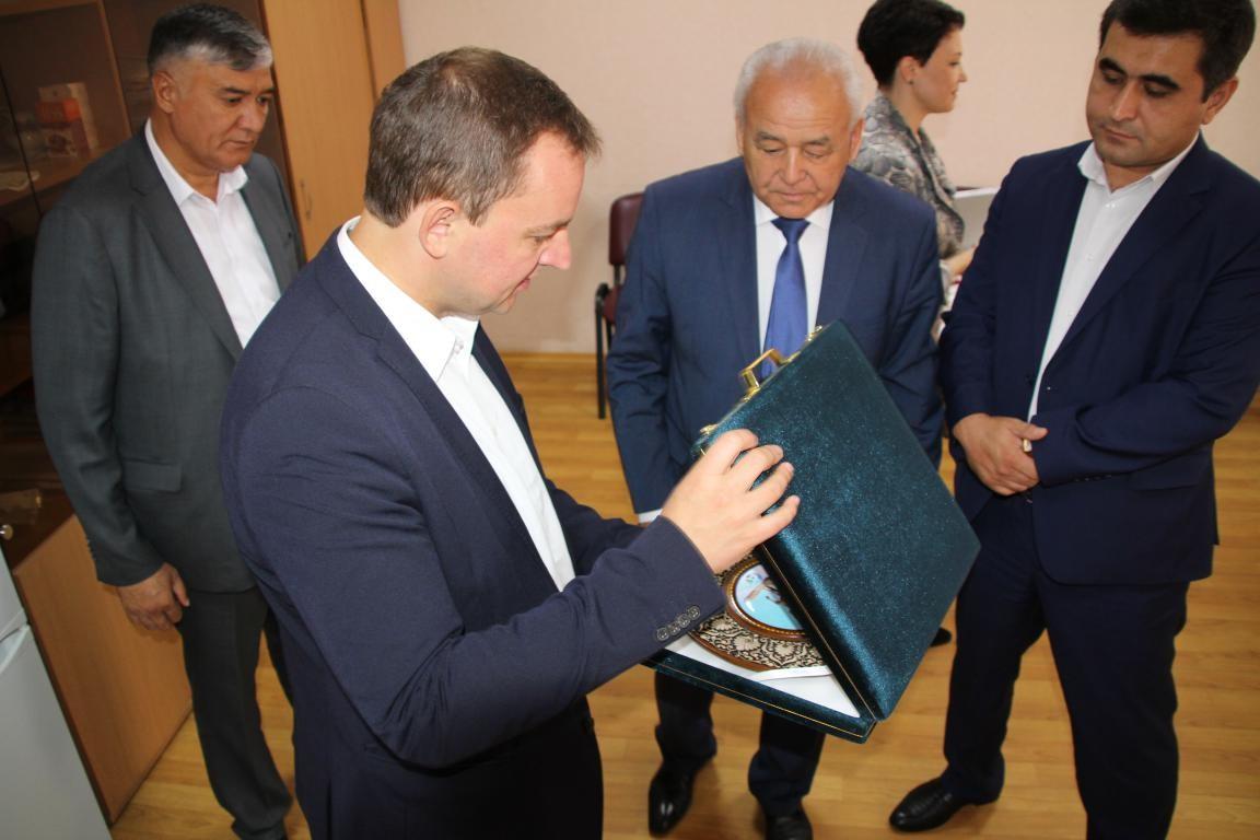 Делегации из Узбекистана показали, как делают бобруйский зефир