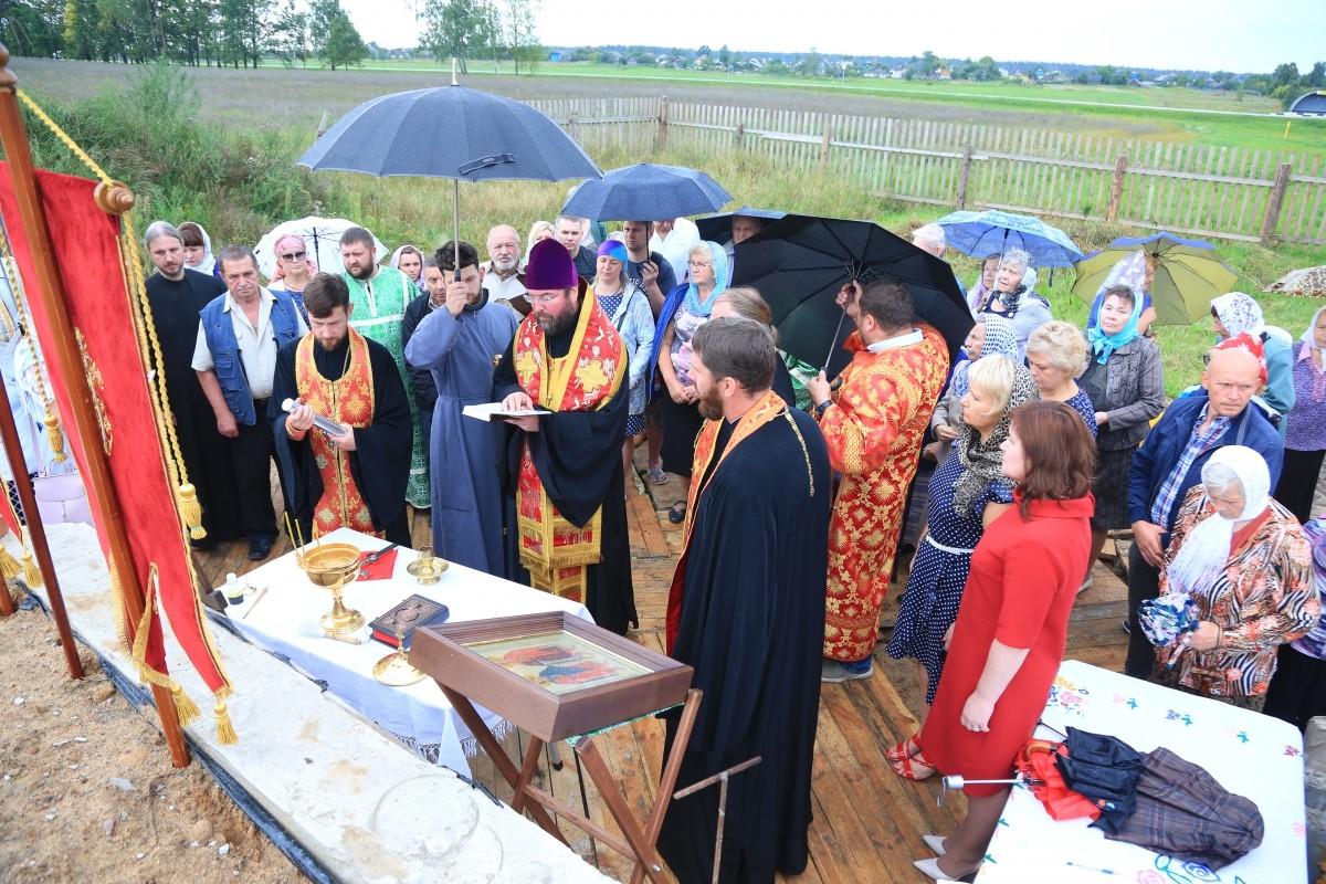 Епископ Серафим заложил капсулу в фундамент строящегося храма в д. Сычково