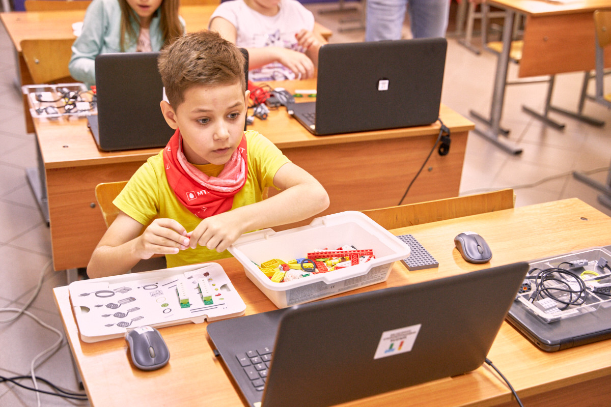 Около 100 воспитанников детских домов прошли обучение в IT-лагере МТС