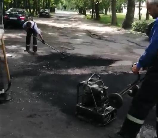 В Бобруйске коммунальные работницы сушили лужи тряпками, а потом туда положили асфальт, — вот что получилось